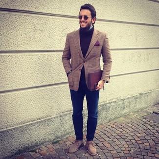 Cómo combinar: blazer de tartán marrón, jersey de cuello alto de lana marrón, camisa de manga larga celeste, vaqueros azul marino