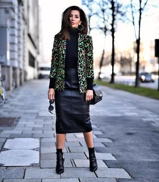 Cómo combinar: blazer de leopardo verde, jersey de cuello alto negro, falda lápiz de cuero negra, botines de cuero negros