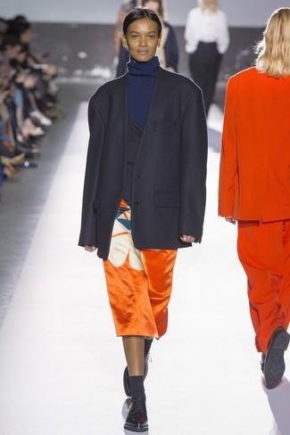 Cómo combinar: blazer negro, jersey de cuello alto azul marino, falda midi estampada naranja, zapatos oxford de cuero negros