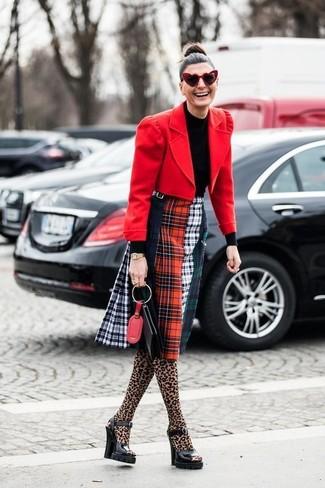 Cómo combinar: blazer de lana rojo, jersey de cuello alto negro, falda midi de tartán en multicolor, sandalias de tacón de cuero gruesas negras