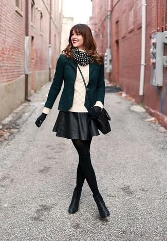 Cómo combinar: blazer verde oscuro, jersey de cuello alto de punto blanco, falda skater de cuero negra, botines de cuero negros