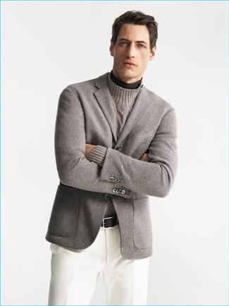 Cómo combinar: blazer de punto gris, jersey de cuello alto en marrón oscuro, jersey de cuello alto de punto en beige, pantalón de vestir blanco