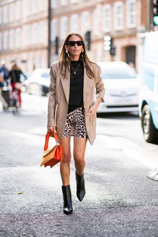 Cómo combinar: blazer marrón claro, jersey de cuello alto negro, mallas ciclistas de leopardo en beige, botines de cuero negros