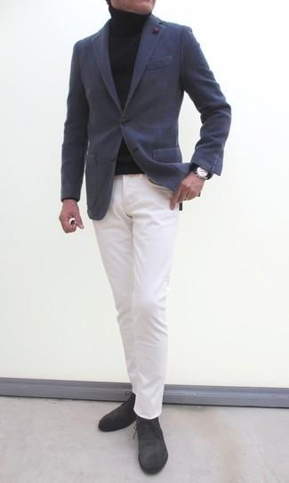 Cómo combinar: blazer de lana en gris oscuro, jersey de cuello alto negro, pantalón chino blanco, botas safari de ante en gris oscuro
