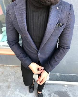 Cómo combinar: blazer azul marino, jersey de cuello alto negro, pantalón chino negro, botas safari de cuero negras