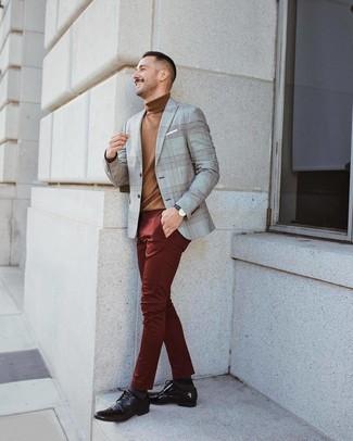 Cómo combinar: blazer de tartán gris, jersey de cuello alto marrón, pantalón chino burdeos, zapatos derby de cuero en marrón oscuro