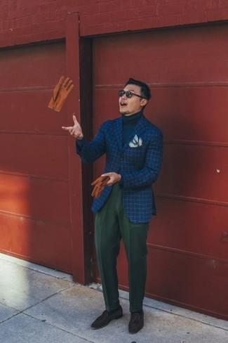 Cómo combinar: blazer de lana a cuadros azul, jersey de cuello alto azul marino, pantalón de vestir de lana verde oscuro, mocasín con borlas de ante en marrón oscuro