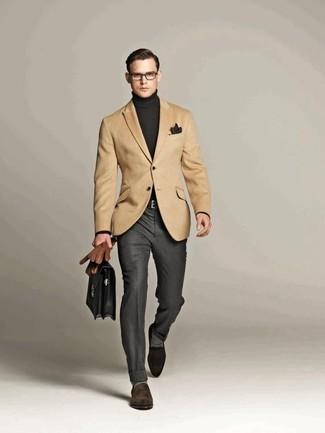 Cómo combinar: blazer marrón claro, jersey de cuello alto en gris oscuro, pantalón de vestir gris, mocasín de ante en marrón oscuro