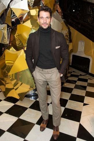 Cómo combinar: blazer de lana en marrón oscuro, jersey de cuello alto negro, pantalón de vestir de lana en beige, zapatos oxford de cuero en marrón oscuro
