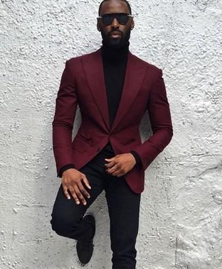 Cómo combinar: blazer de lana burdeos, jersey de cuello alto negro, pantalón de vestir negro, zapatos derby de ante negros