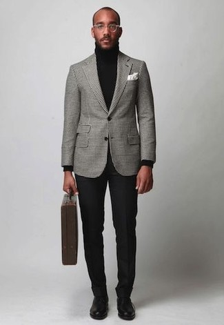 Cómo combinar: blazer a cuadros gris, jersey de cuello alto negro, pantalón de vestir negro, zapatos derby de cuero negros