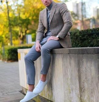 Look de moda: Blazer de tartán marrón, Jersey de cuello alto gris, Pantalón de vestir de lana gris, Tenis blancos
