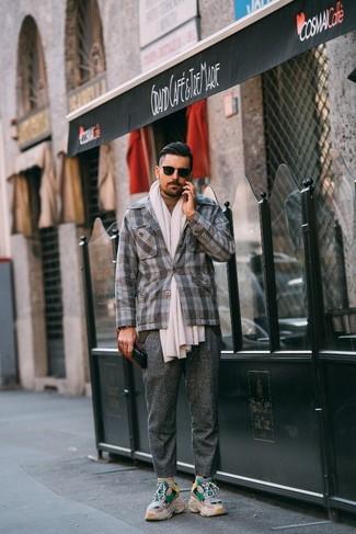 Cómo combinar: blazer de lana de tartán gris, jersey de cuello alto marrón claro, pantalón de vestir de lana gris, deportivas en beige