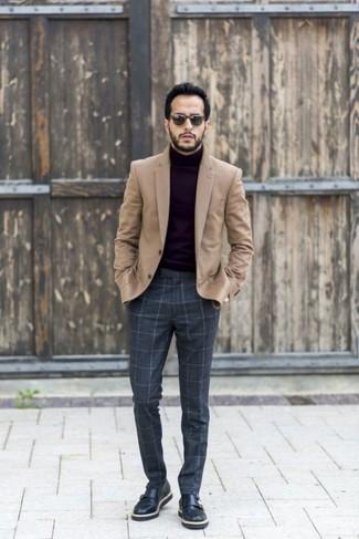 Intenta combinar un blazer de lana marrón claro con unas gafas de sol para el after office. Completa el look con zapatos con doble hebilla de cuero negros.