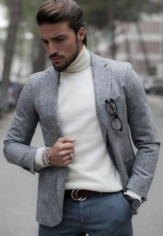 Cómo combinar: blazer de lana gris, jersey de cuello alto blanco, pantalón de vestir de lana en gris oscuro, correa de cuero en marrón oscuro