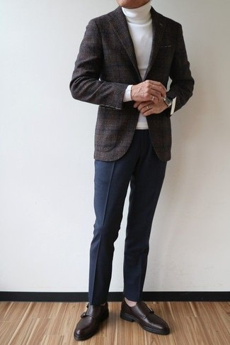 Cómo combinar: blazer de lana de tartán en gris oscuro, jersey de cuello alto blanco, pantalón de vestir azul marino, zapatos con hebilla de cuero en marrón oscuro