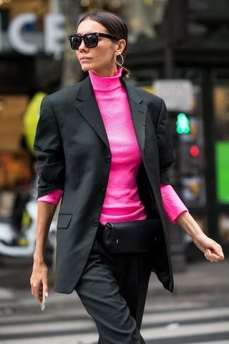 Cómo combinar: blazer negro, jersey de cuello alto rosa, pantalón de vestir negro, riñonera de cuero negra