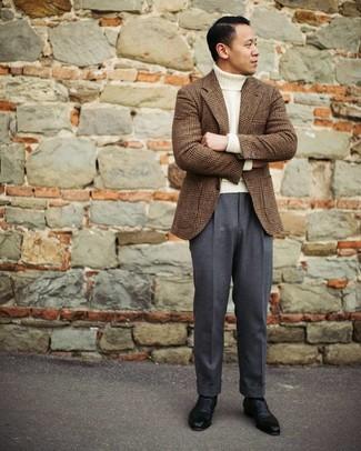 Cómo combinar: blazer de lana de tartán marrón, jersey de cuello alto de lana blanco, pantalón de vestir en gris oscuro, zapatos oxford de cuero negros