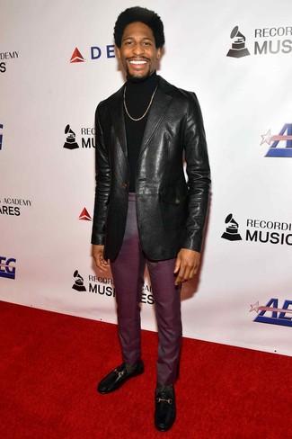 Cómo combinar: blazer de cuero negro, jersey de cuello alto negro, pantalón de vestir morado oscuro, mocasín de cuero negro