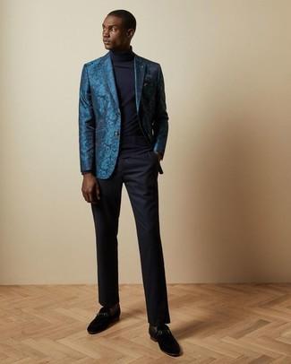 Cómo combinar: blazer de brocado en verde azulado, jersey de cuello alto azul marino, pantalón de vestir azul marino, mocasín de ante negro