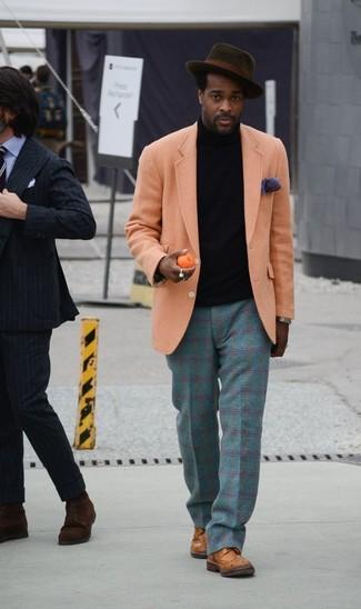 Cómo combinar: blazer de lana naranja, jersey de cuello alto negro, pantalón de vestir de lana de tartán en verde azulado, zapatos brogue de cuero marrónes