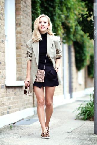 Look de moda: Blazer de tartán gris, Jersey de cuello alto negro, Pantalones cortos negros, Zapatillas slip-on de ante de leopardo marrón claro