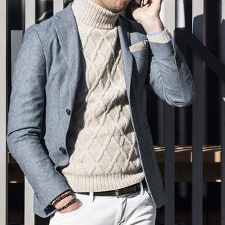 Cómo combinar: blazer de lana gris, jersey de cuello alto de punto en beige, vaqueros blancos, pañuelo de bolsillo en beige