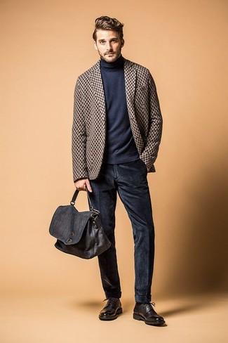 Cómo combinar: blazer de lana a cuadros marrón, jersey de cuello alto azul marino, vaqueros de pana azul marino, zapatos derby de cuero negros