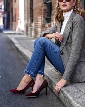 Cómo combinar: blazer de tartán gris, jersey de cuello alto blanco, vaqueros azules, zapatos de tacón de terciopelo burdeos