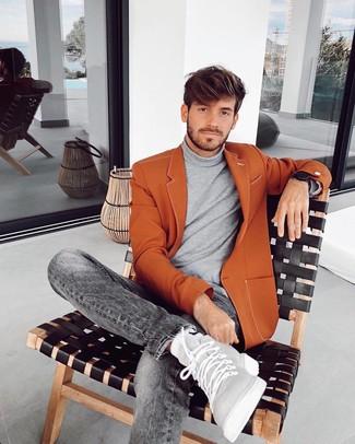 Cómo combinar: blazer en tabaco, jersey de cuello alto gris, vaqueros grises, zapatillas altas de cuero grises