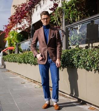Cómo combinar: blazer de lana marrón, jersey de cuello alto azul marino, vaqueros azules, mocasín de ante en tabaco