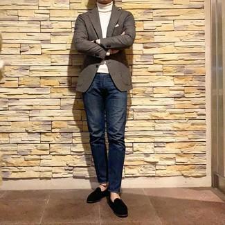 Cómo combinar: blazer de lana de cuadro vichy marrón, jersey de cuello alto blanco, vaqueros azul marino, mocasín de ante negro