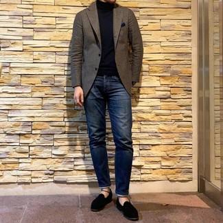 Cómo combinar: blazer de lana marrón, jersey de cuello alto negro, vaqueros azul marino, mocasín de ante negro