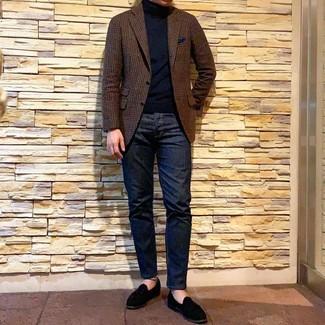 Cómo combinar: blazer de lana de cuadro vichy marrón, jersey de cuello alto negro, vaqueros azul marino, mocasín de ante negro