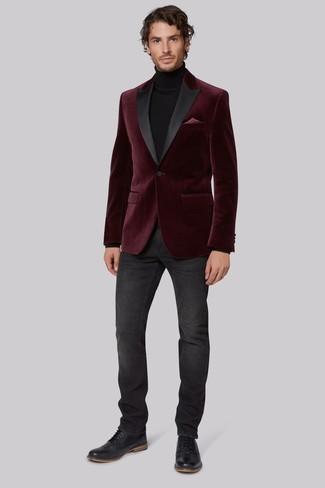 Cómo combinar: blazer de terciopelo burdeos, jersey de cuello alto negro, vaqueros en gris oscuro, zapatos brogue de cuero negros
