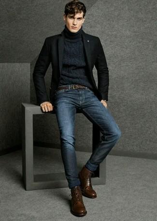 Cómo combinar: blazer de lana negro, jersey de cuello alto de punto azul marino, vaqueros azul marino, botas formales de cuero en marrón oscuro