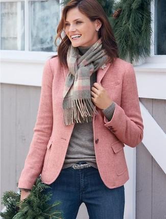 Cómo combinar: blazer de lana rosado, jersey de cuello alto gris, vaqueros pitillo azules, correa con print de serpiente gris
