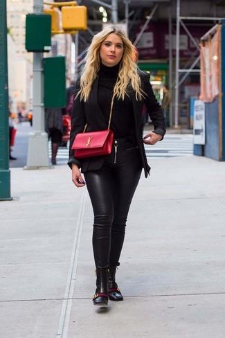 Cómo combinar: blazer negro, jersey de cuello alto negro, vaqueros pitillo de cuero negros, botines de cuero negros