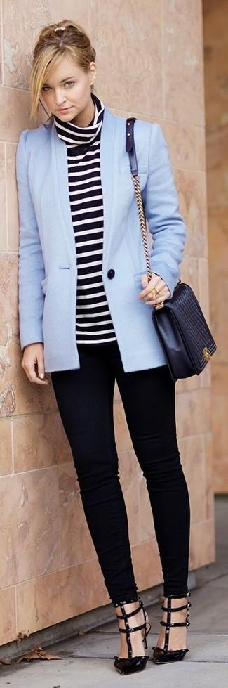 Cómo combinar: blazer celeste, jersey de cuello alto de rayas horizontales en negro y blanco, vaqueros pitillo negros, zapatos de tacón de cuero negros