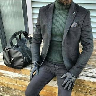 Cómo combinar: blazer de lana en gris oscuro, jersey de cuello alto verde oscuro, vaqueros pitillo negros, bolsa de viaje de cuero negra