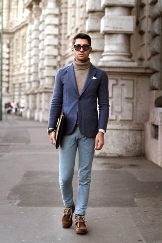 Cómo combinar: blazer de lana azul marino, jersey de cuello alto marrón, vaqueros pitillo celestes, botas safari de ante marrónes