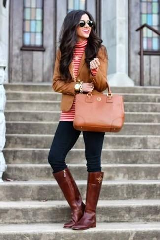 Cómo combinar: blazer marrón, jersey de cuello alto de rayas horizontales en rojo y blanco, vaqueros pitillo azul marino, botas de caña alta de cuero burdeos