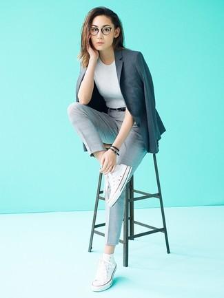 Cómo combinar: blazer en gris oscuro, jersey de manga corta gris, pantalón de pinzas a cuadros gris, zapatillas altas de lona blancas