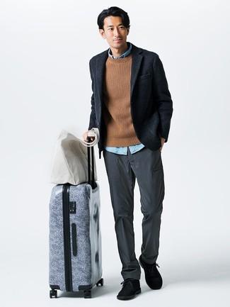 Cómo combinar: blazer de lana azul marino, jersey de ochos marrón claro, camisa de manga larga de cambray celeste, pantalón chino gris