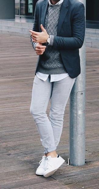 Cómo combinar: blazer de lana azul marino, jersey de ochos gris, camisa de vestir blanca, vaqueros pitillo grises