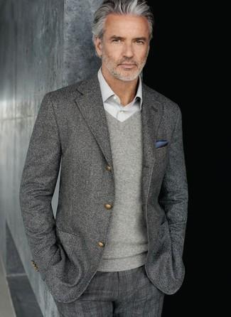 Cómo combinar: blazer de lana gris, jersey de pico gris, camisa de manga larga gris, pantalón de vestir de tartán gris