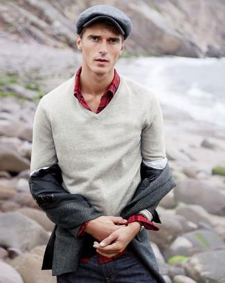 Cómo combinar: blazer de lana en gris oscuro, jersey de pico gris, camisa de manga larga de tartán roja, vaqueros azul marino