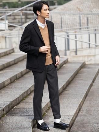 Cómo combinar: blazer de lana negro, jersey de pico marrón claro, camisa de manga larga blanca, pantalón de vestir en gris oscuro