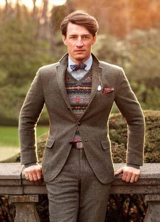 Cómo combinar: blazer de lana de tartán marrón, jersey de pico de grecas alpinos marrón, camisa de manga larga de rayas verticales blanca, pantalón de vestir de lana de tartán marrón