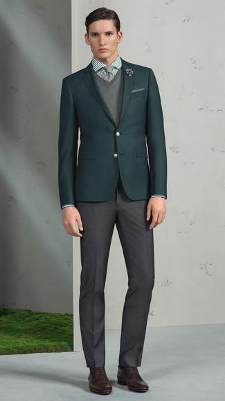 Cómo combinar: blazer verde oscuro, jersey de pico gris, camisa de vestir de rayas verticales verde, pantalón de vestir en gris oscuro